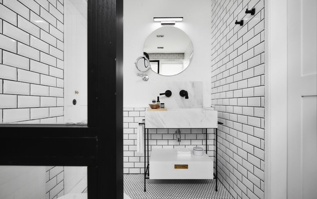 5 Timeless Ideas For a Black and White Bathroom